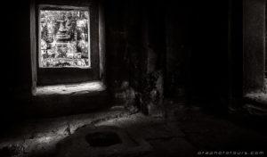 img_7195face-window-bayon-bw