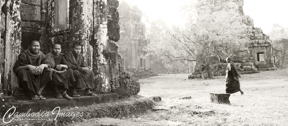 monks in angkor park